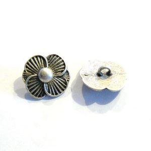 Antik sølvfarvet metalknap - Blomst - 36 mm