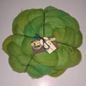 Kæmmet Eider tops - klar til spinding - Håndmalet - Æblegrønne intervaller