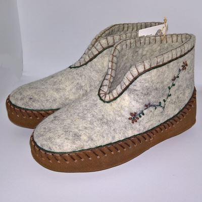 Håndfiltede filtstøvler fra Clemente - Norsk traditional sko, med broderet blomster på begge sider og indlæg sål mellem uld og læder sål.