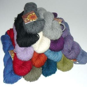 Baby lama Miski fra Mirasol Yarn Collection
