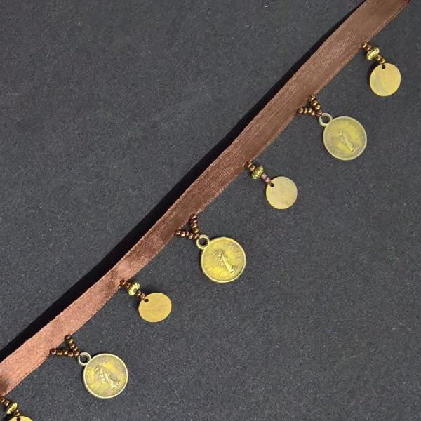 Satin bånd med perler og mønter med en bredde på 34 mm - Brun