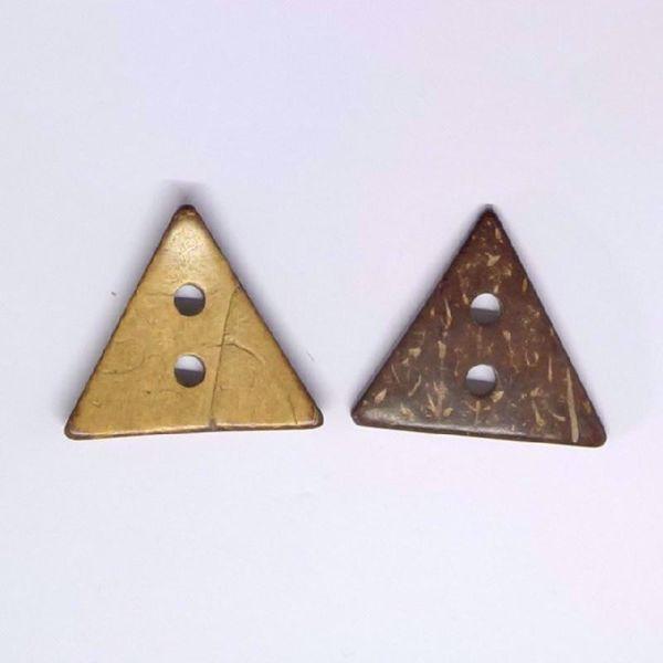 Smuk og kraftig trekantet kokosknap, rundet og glatpoleret  - perfekt til strik
