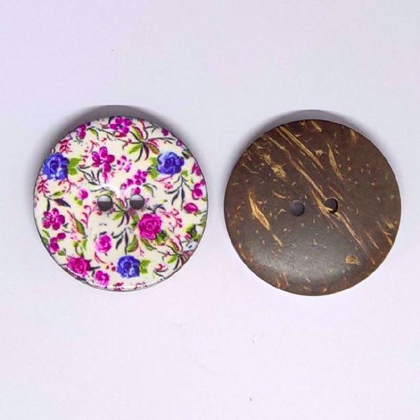 Smuk og kraftig blomstret kokosknap, rundet og glatpoleret  - perfekt til strik