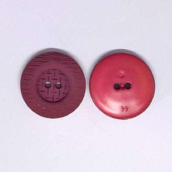 Struktureret plastik knap i en smuk mørk vinrød farve